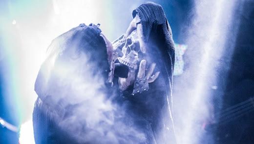O momento do show em que Attila Csihar se relaciona com o crânio macabro oriundo dele próprio