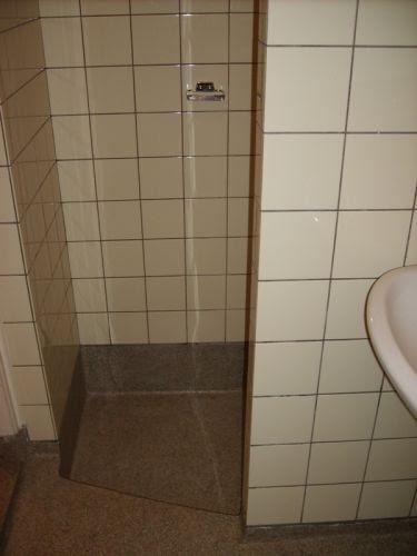 Huis muur langs de wanden en granieten vloer badkamer - Badkamer m ...