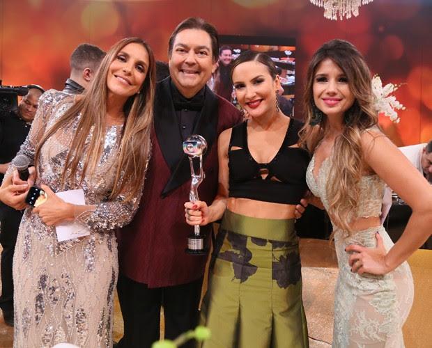Ivete Sangalo posa com Faustão, Claudia Leitte e Paula Fernandes (Foto: Carol Caminha/ Gshow)