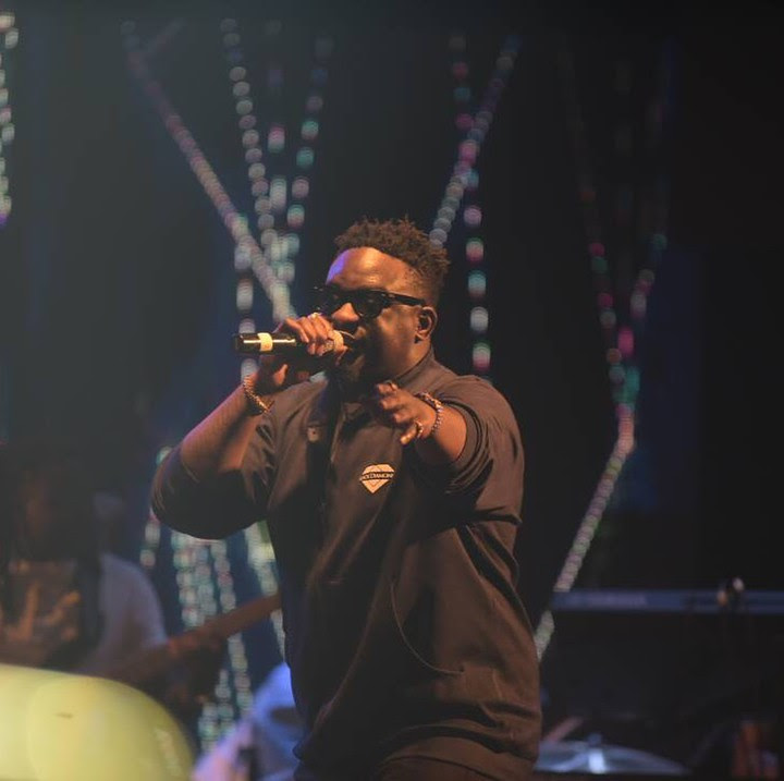 wande coal performing at wizkid show