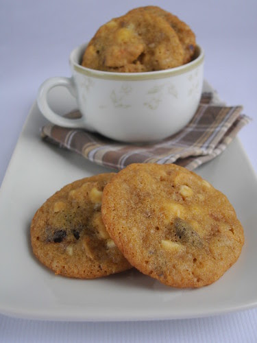 Cherry, cashew and white chocolate chunk cookies / Cookies de chocolate branco, castanha de caju e cerejas secas