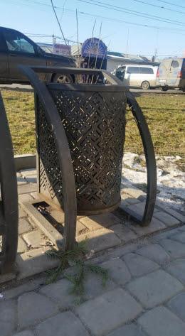 У Чернівцях на Алеї небайдужості вкрали ковані смітники (фото)