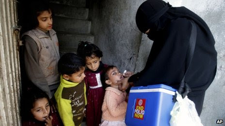 Polio vaccine being given to a child in Lahore (23 January 2013)
