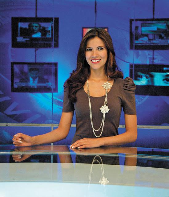 Claudia Fernandez presentando las noticias