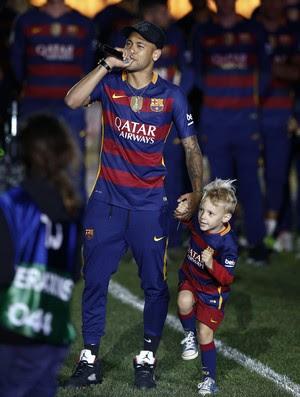 Neymar comemora títulos do Barcelona com o filho David Lucca no gramado do Camp Nou (Foto: AP Photo/Manu Fernandez)
