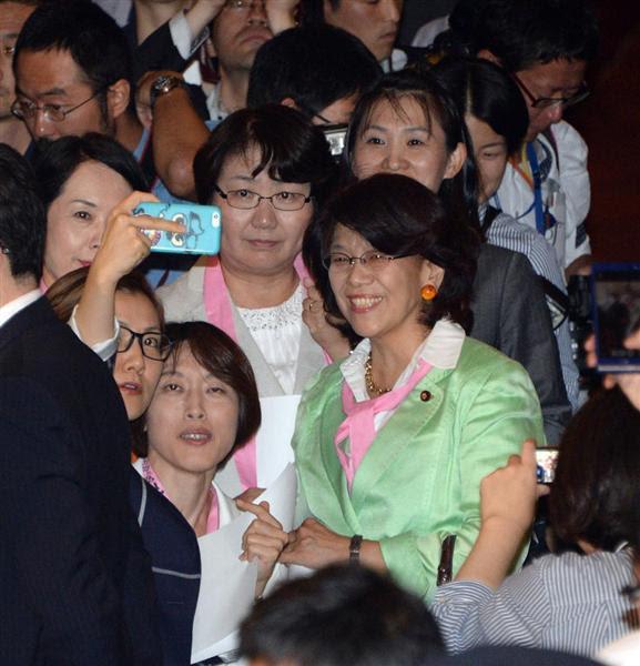 理事会の開会を前に集結、記念撮影する共産、民主の女性議員=16日午後、国会内(酒巻俊介撮影)