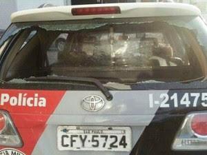 Viatura da PM foi atingida durante troca de tiros em Guarujá. SP (Foto: G1)
