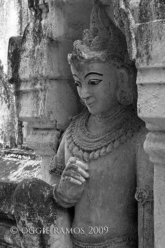 ananda paya side column statue