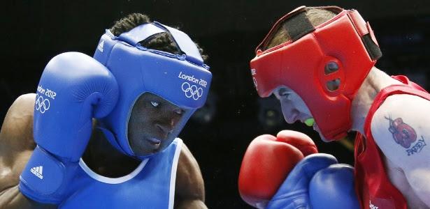 Boxeador Thomas Essonba, de azul, é um dos atletas camaroneses que desertaram em Londres