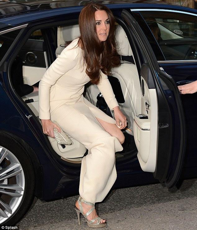 Kate omuz çevresinde zarif asılı sparkly topuklu bir çift ve bir krem, ışıltılı debriyaj ve onun marka kilitleri ile onu takım elbisesi