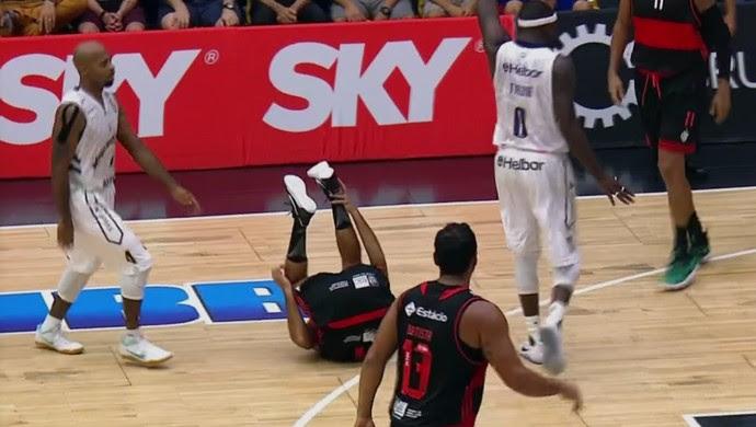 Marcelinho confusão Tyrone Flamengo Mogi (Foto: Reprodução)