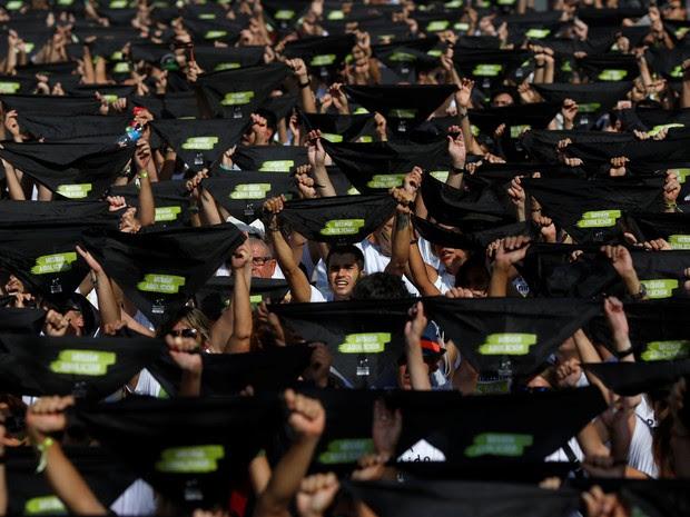 Milhares de manifestantes pedem pelo fim da tourada em Madri (Foto: REUTERS/Susana Vera)