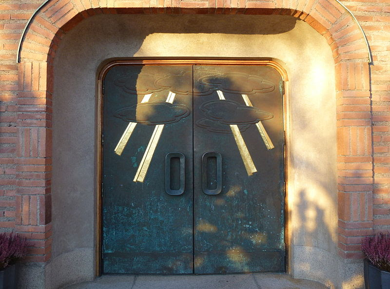 Essinge kyrka portal 2013.jpg