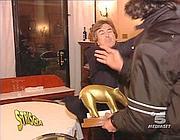 Del Noce mentre tira il microfono sul naso a Staffelli (da «Striscia»)