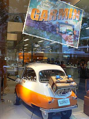 voiture dans la vitrine.jpg