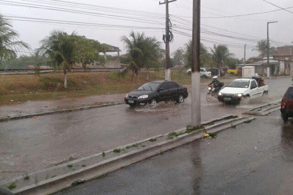 Água acumulada exigiu cautela dos motoristas