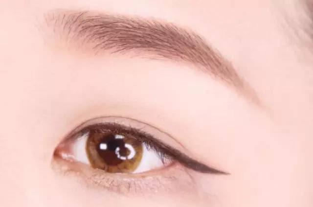 Hướng dẫn chi tiết từng bước một với 4 kiểu eyeline thanh mảnh sắc nét dành cho nàng mới tập tành kẻ mắt - Ảnh 7.