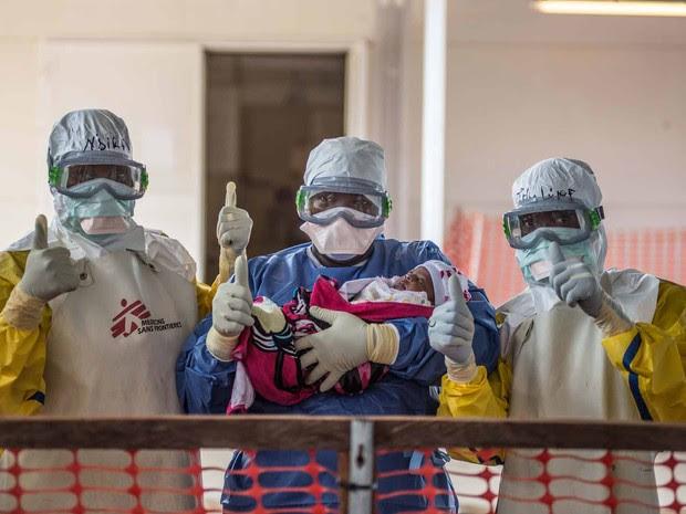Nubia quando era recém-nascida; era preciso usar vestimentas especiais para cuidar dela  (Foto: Tommy Trenchard/MSF)