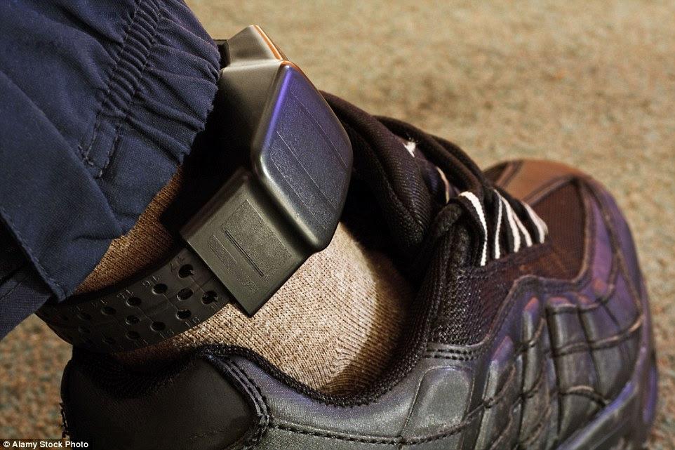 Kermiche, o primeiro dos dois atacantes ter sido nomeado, estava sendo monitorado pela polícia utilizando uma etiqueta eletrônica no tornozelo (foto, imagem).  Mas a tag foi desativado por algumas horas durante a manhã, deixando-o livre para abater o padre idoso