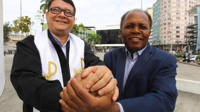 O pároco Neuton Dias e o pastor Luiz Alberto Barbosa unidos na mesma fé