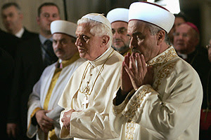 El Papa, con las manos sobre el estómago, como hacen los musulmanes en una parte de su oración. (Foto: REUTERS)