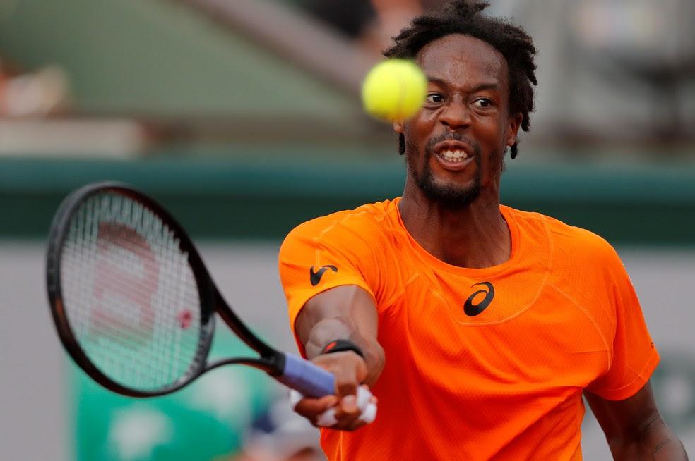 Gael Monfils contra Thiago Monteiro em Roland Garros (Foto:  Reuters / Gonzalo Fuentes)