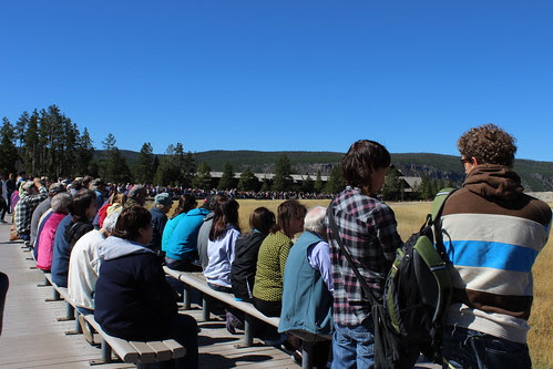 IMG_2042_Crowd_at_Old_Faithful_Geyser_Yellowstone_NP
