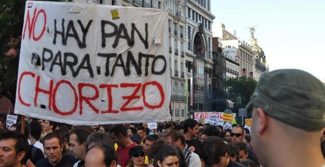 """""""No hay pan para tanto chorizo"""" reza este cartel del 15-M."""