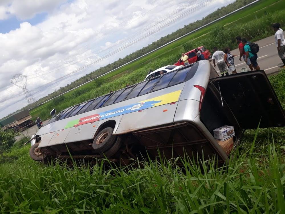 Micro-ônibus tomba na BR-135, no Campo de Peris