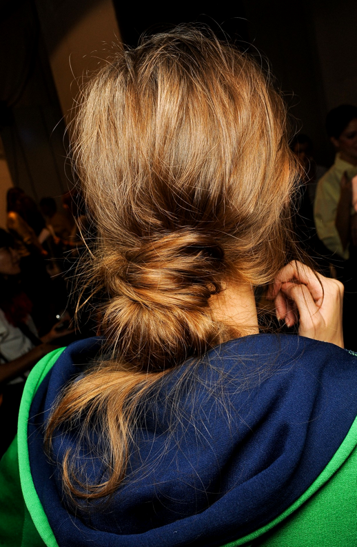 LE FASHION BLOG BEAUTY POST BACKSTAGE BEAUTY MARNI SS SPRING SUMMER 2013 MESSY LOW BUN KNOTS NO FUSS PULL THROUGH 1