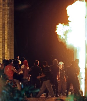 DF: manifestantes põem fogo na entrada do Itamaraty (Beto Barata/AFP)