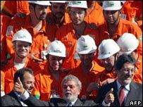Presidente Lula y operarios petroleros.