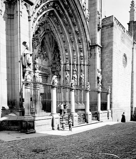 Puerta de los Leones en septiembre de 1907. Fotografía de Petit. Société Française d'Archéologie et Ministère de la Culture (France), Médiathèque de l'architecture et du patrimoine (archives photographiques) diffusion RMN
