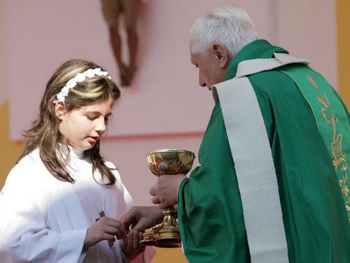 'Comunión' en la mano en Primera 'Comuniön' por Benedicto XVI