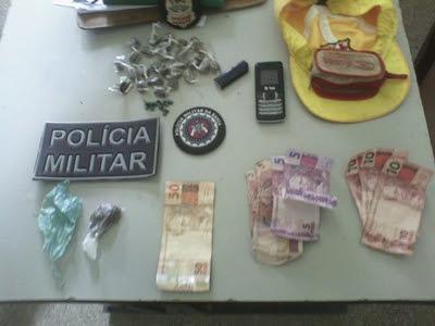 Polícia apreende maconha, crack e dinheiro (Foto: Ubatã Notícias)