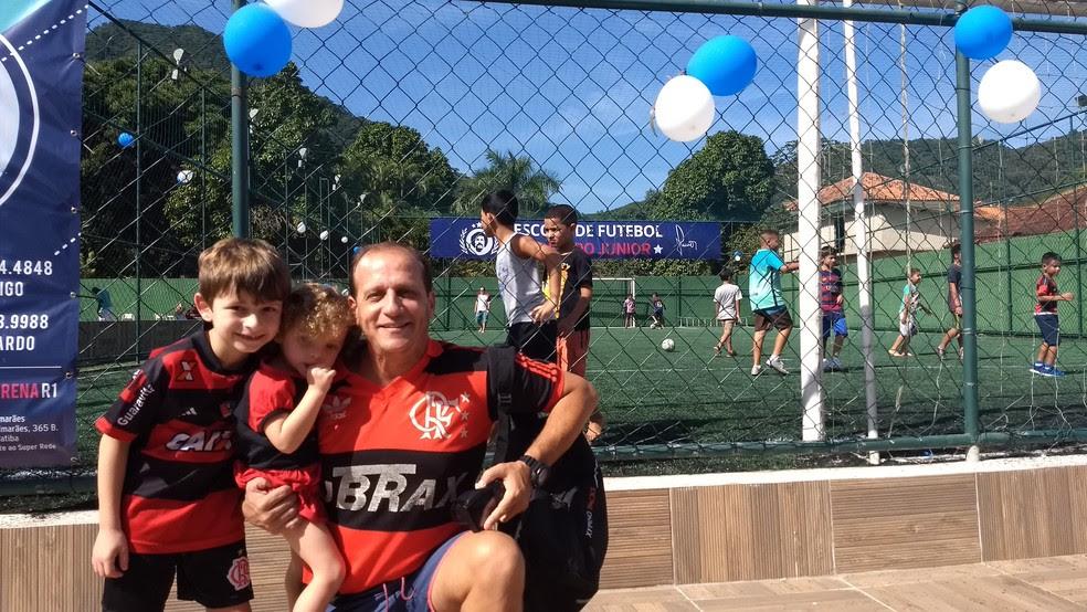 Rony, com o filho Rafael e a filha Raquel, de 7 e 2 anos, repsectivamente (Foto: Felipe Siqueira)