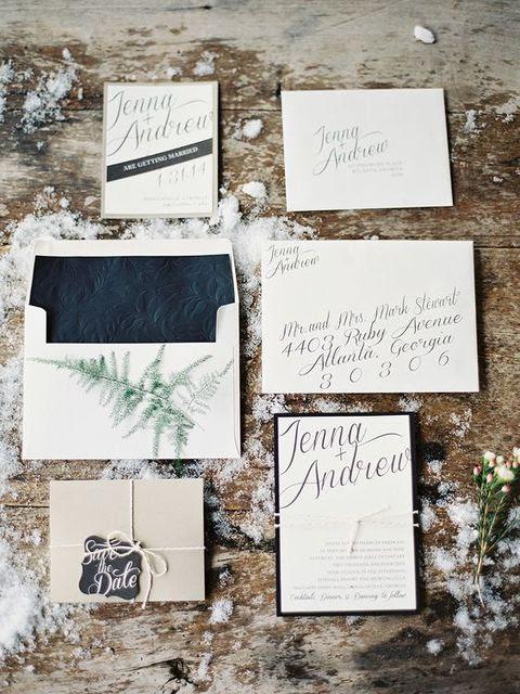 eine Neutrale Hochzeit Einladung set mit textur-schwarz-Futter, evergreens und schwarze Umrahmung