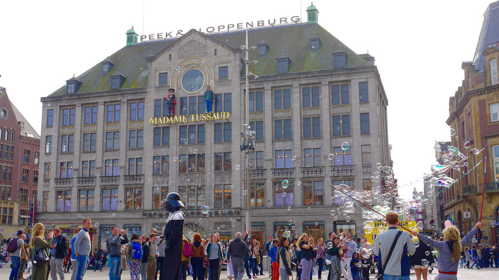 Pays-Bas, Amsterdam, le Dam (place principale de la ville), le Musée Madame Tussaud