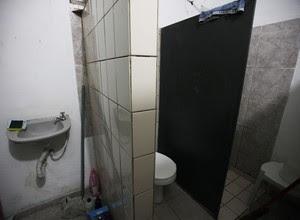Todas as celas do Romão Gomes têm banheiro próprio, com vaso sanitário e chuveiro quente (Foto: Rogério Cassimiro/ Época)