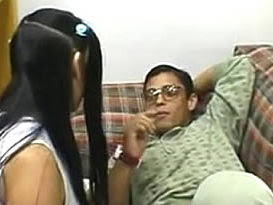 Moleque nerd enrabando a amiguinha gostosa da escola no quarto
