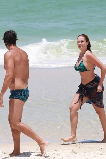 Ellen Rocche e Guilherme Chelucci foram à praia