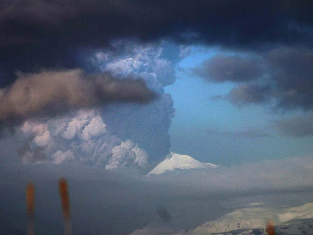 Vulcão Pavlof entrou em erupção neste domingo nas ilhas Aleutas, no Alasca  (Foto: REUTERS/Royce Snapp/Alaska Volcano Observatory)