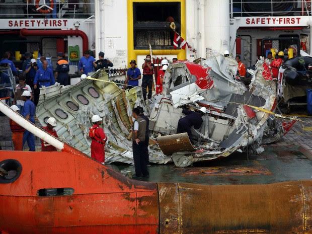 Equipes de resgate da Indonésia vasculham cauda do avião da AirAsia, que foi retirada do mar  (Foto: REUTERS/Darren Whiteside)