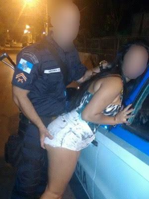 Cabo tirou foto com jovem encostada em viatura (Foto: Divulgação/Arquivo Pessoal)
