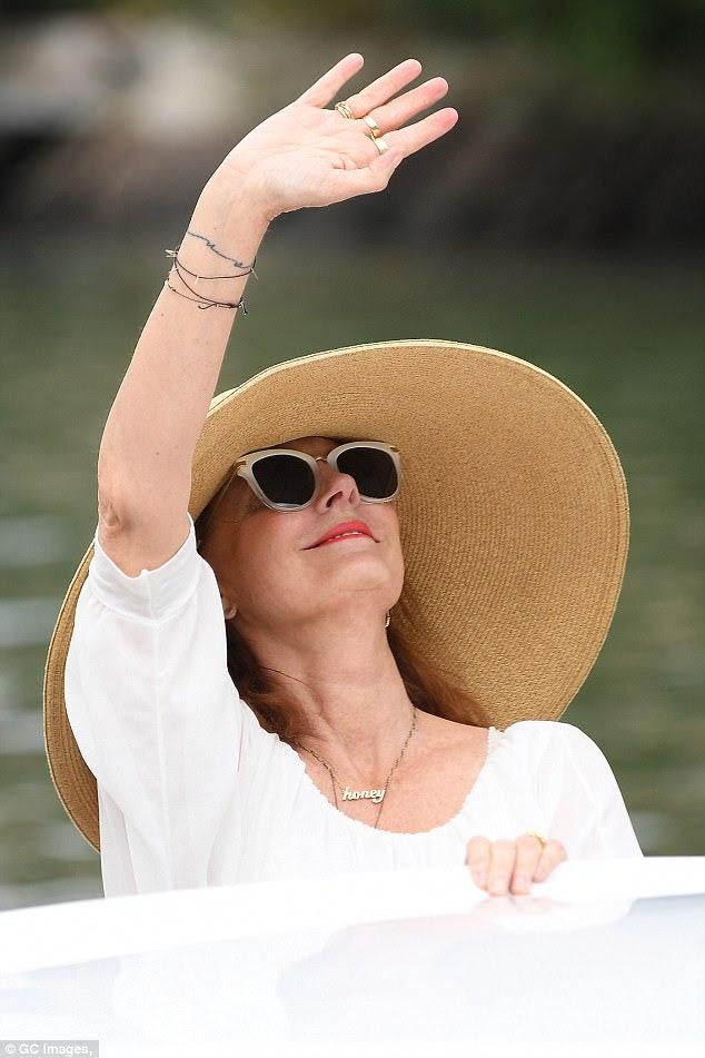 Tiro o chapéu para você!  O ícone de Thelma e Louise protegia o rosto da luz do sol com um chapéu e óculos escuros