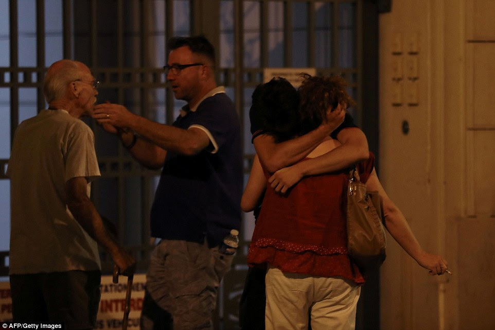 sobreviventes chocados se abraçaram depois de testemunhar o massacre que matou mais de 70 pessoas ferindo pelo menos outras 150 pessoas