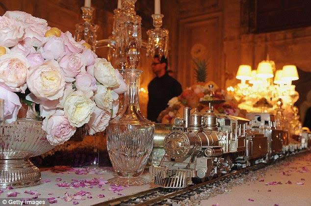 Todos a bordo do trem Chanel: Faixas correu ao longo da mesa central