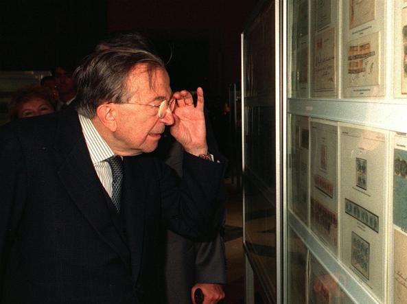 Foto d'archivio di Giulio Andreotti a una mostra di filatelia (Ansa)