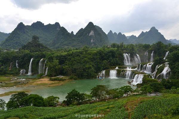 베트남의 반약폭포, 중국의 덕천폭포가 한 눈에 보인다. 비가 많이 내리면 두 폭포가 하나가 되어 더 큰 장관을 연출해 낸다고 하니 기대된다.