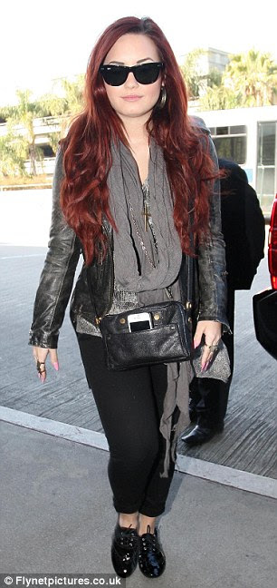 Jorrando: Demi Singer visto no aeroporto LAX à frente de seu vôo para o Chile